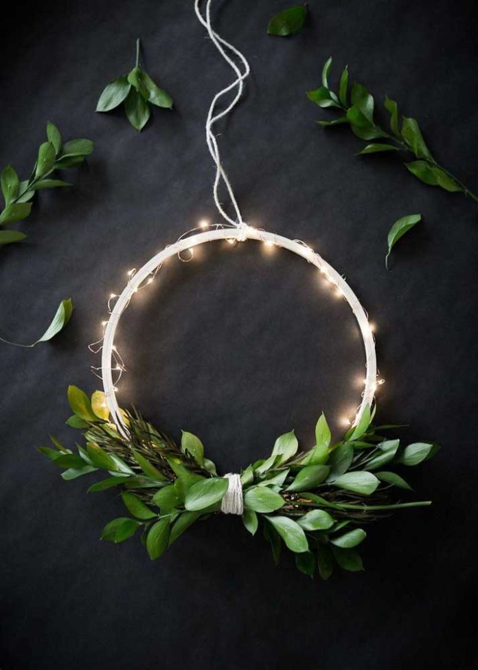 16. How about complementing the Christmas wreath with flashing lights