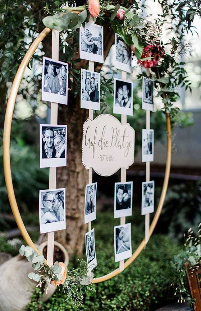 22. In wedding decoration, a good option is to make a panel of photos of the bride and groom as this bow model.