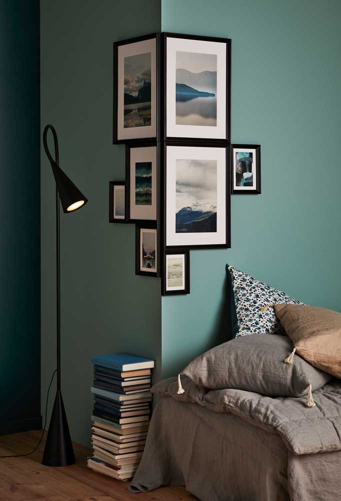 23. Look how interesting the placement of these photo frames is. The intention is not to pollute the wall decor.
