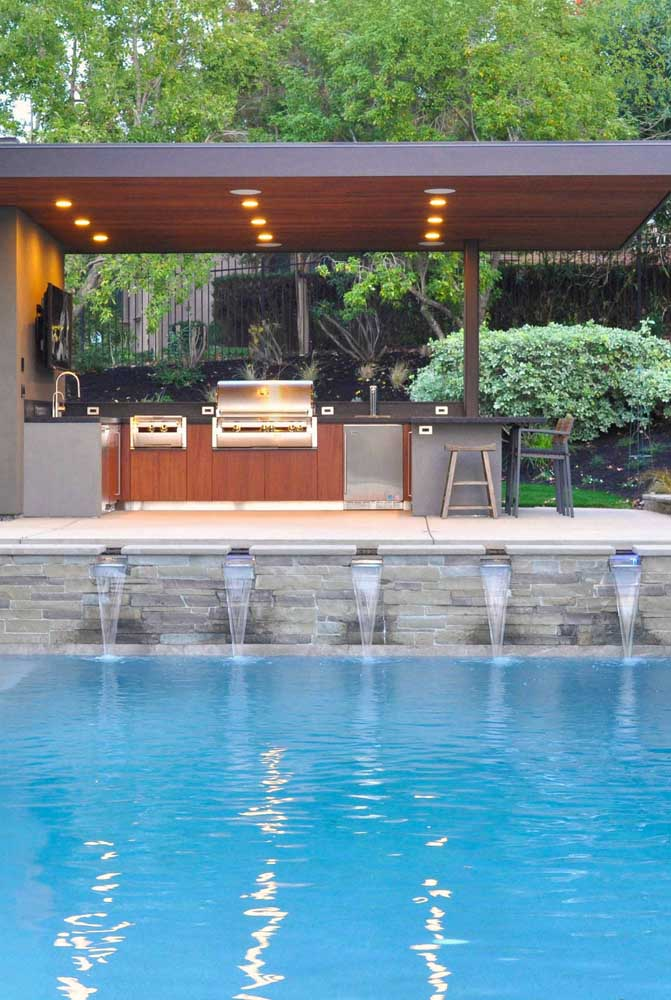 32. Recreation area with barbecue and swimming pool. Highlight for the back garden that integrates the environment.
