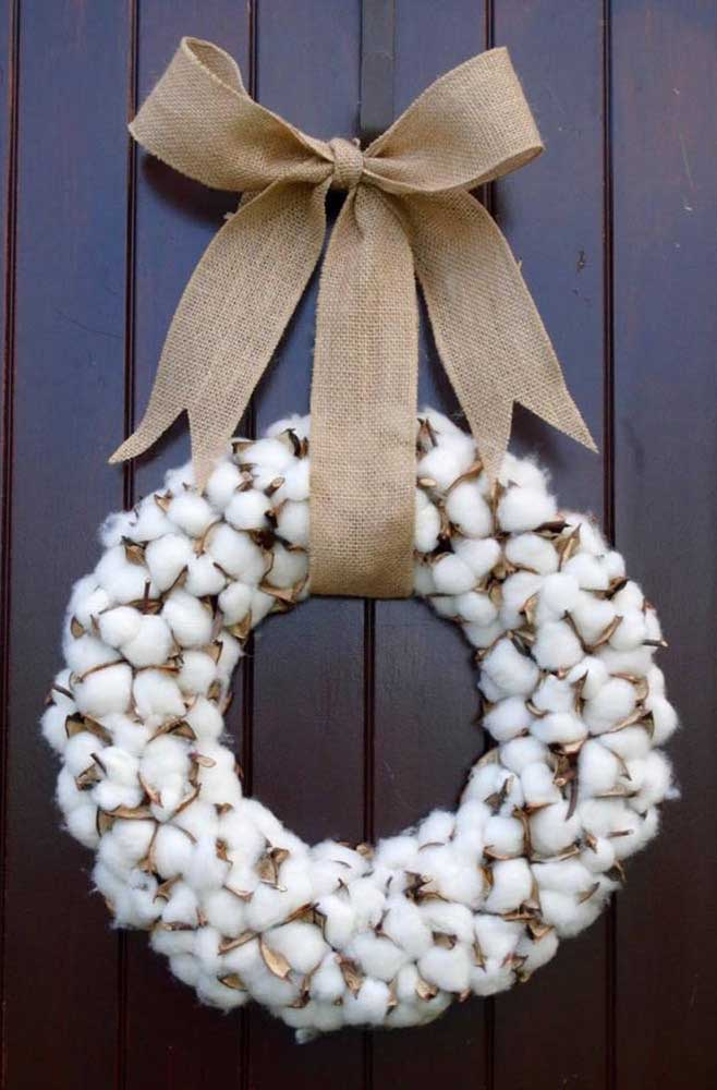 38. Have you ever thought about using cotton to make your Christmas wreath See what a delicate yet rustic effect.