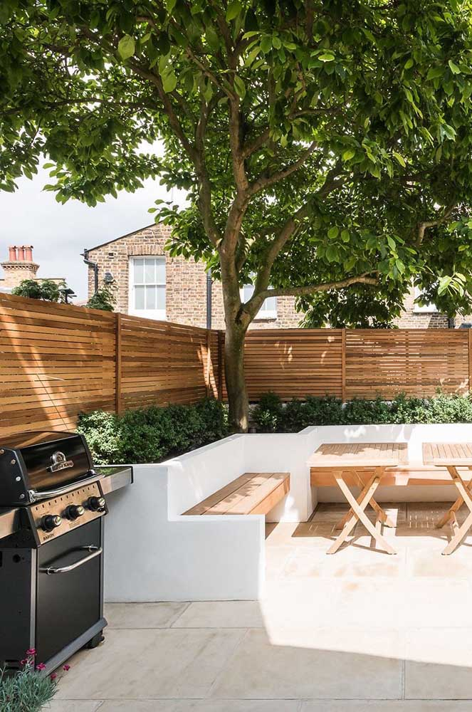 42. The shade of the tree guarantees the tranquility and beauty of this leisure area with barbecue.