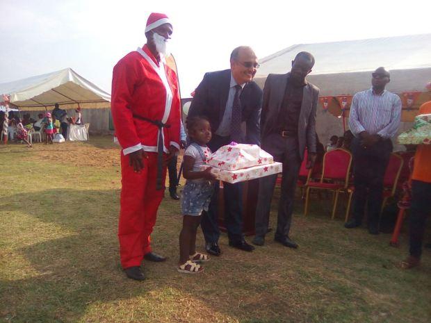 Le DG de Gabon Télécom remettant le jouet à un enfant @