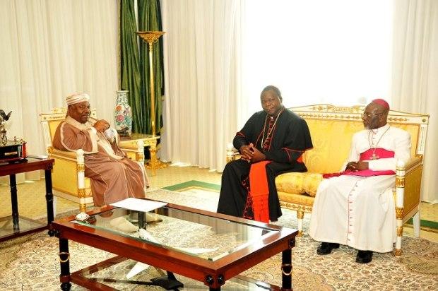Audience.-S.E-ABO-et-le-cardinal-Dieudonné-NZAPALAINGA-archevêque-de-Bangui-accompagné-de-Mgr-Basile-MVE-ENGONE-du-Gabon
