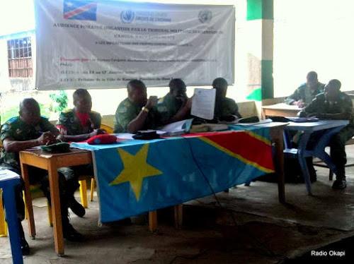 Audience du tribunal militaire garnison de Kamina du samedi 14 janvier dans le procès de huit démobilisés des groupes Nyatura et APCLS, accusé d'avoir enterré vifs leurs collègues. Ph. Radio Okapi/Carine Tope