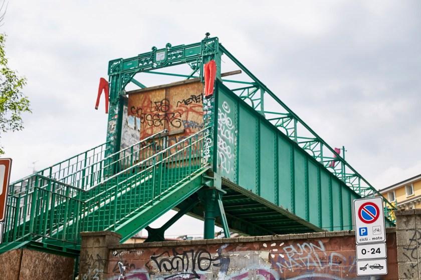 Como cosa curiosa, el mítico puente peatonal (Puente de los artistas) que daba acceso a Via Tortona, ha estado cerrado y sustituido temporalmente por una pasarela a pie de vias.