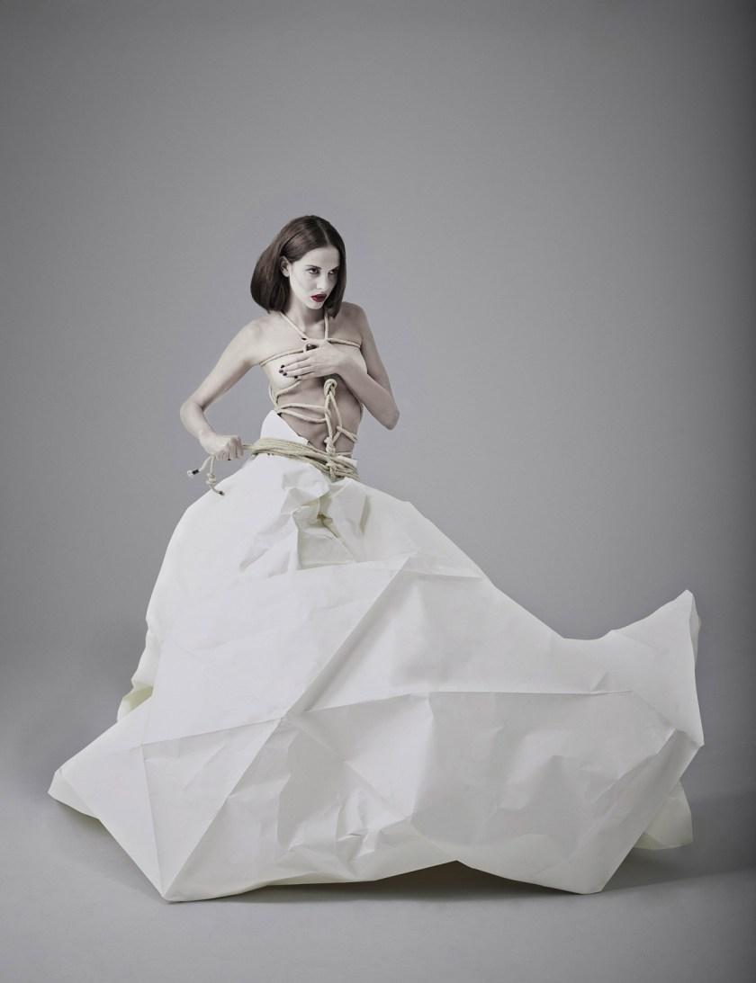 Fotógrafo: Alberto G. Puras. Artista y estilismo: Auro Murciano. Maquillaje: Alicia Arenilla. Modelo: Angélica Moreno y Doble R. Estudio: Cienxcien Studio.