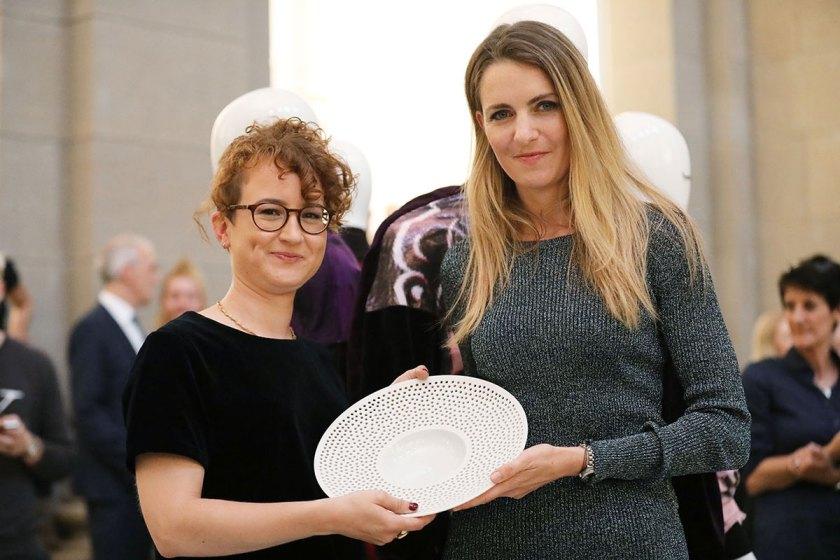 Livia Honus, 3. Preis Absolventen European Fashion Award FASH 2017 mit Claudia Braun, Leiterin Color & Trim, Mercedes-Benz und Mitglied der Jury. Foto: © Bernhard Ludewig / SDBI