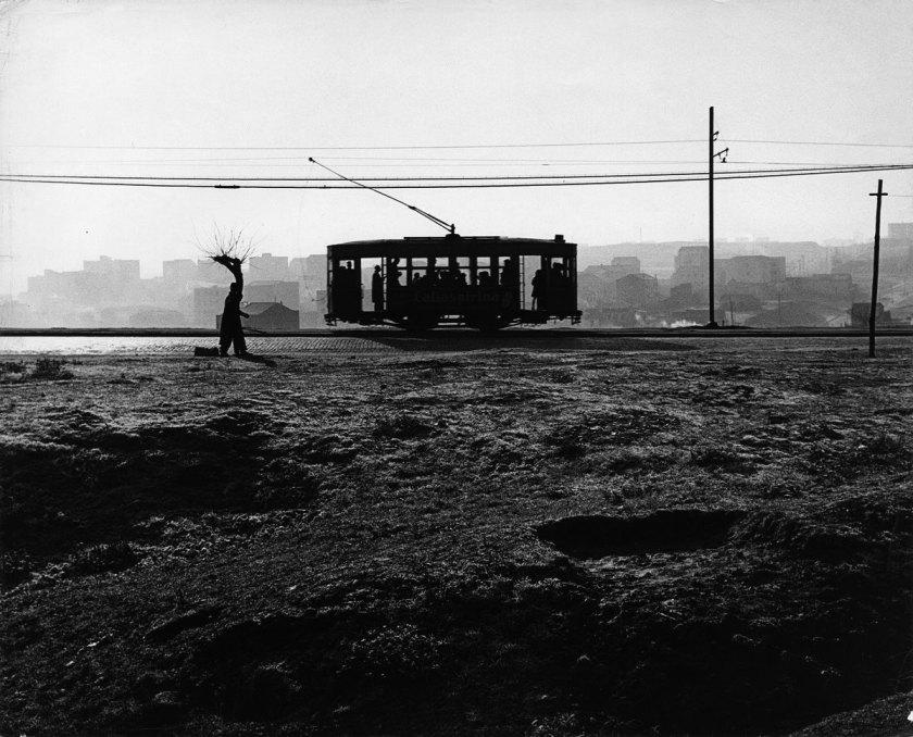 Francisco Gómez Tranvía en el paseo de Extremadura. Madrid, 1959 Gelatina de plata, copia de época, 24x30 cm © Archivo Paco Gómez / Fundación Foto Colectania