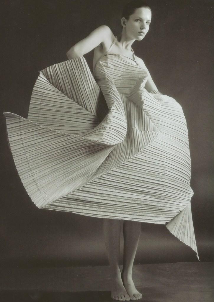Papel_Moda_Issey_Miyake_Pleats_Paper_Dresses_03
