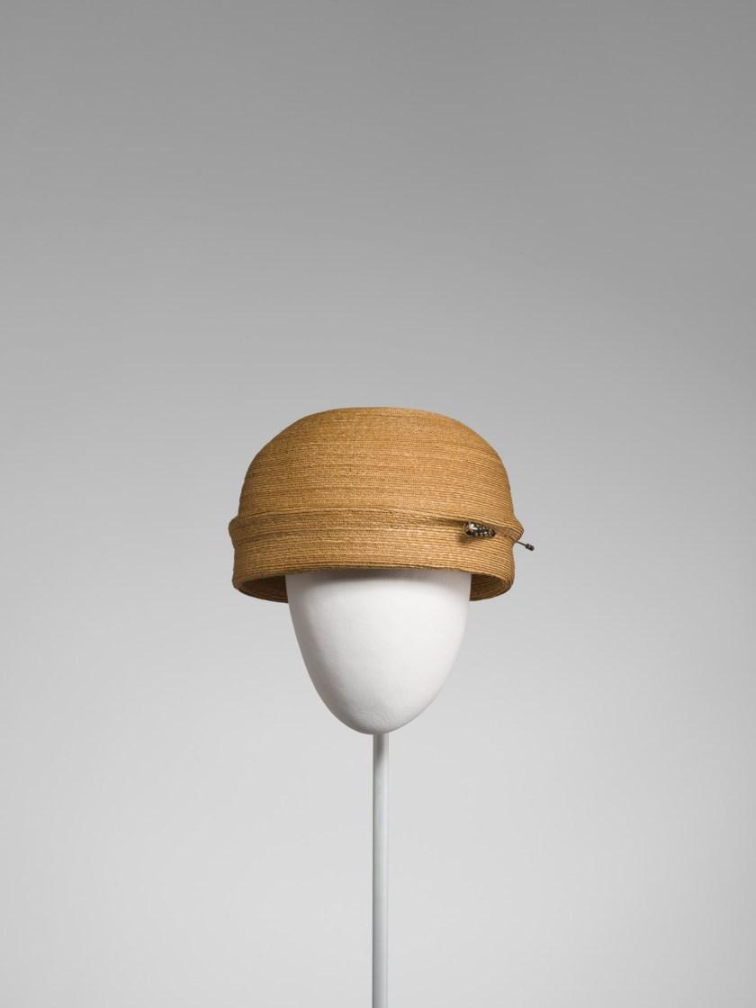 el-sombrero-balenciaga-el-complemento-perfecto-06