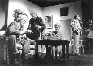 Erik Vlugt als Mr. Gibbs, Voufke Hermanides en Wil Heerland als de dames Brewster en Paul van Kaathoven als hun neef Mortimer Foto: Marco Bakker