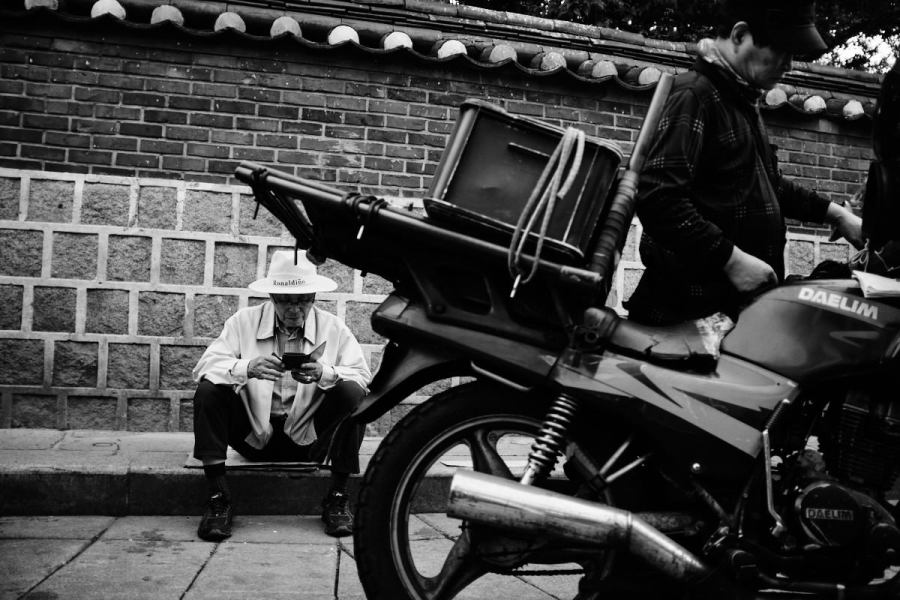 Seoul Street Photography - Modern Gentleman