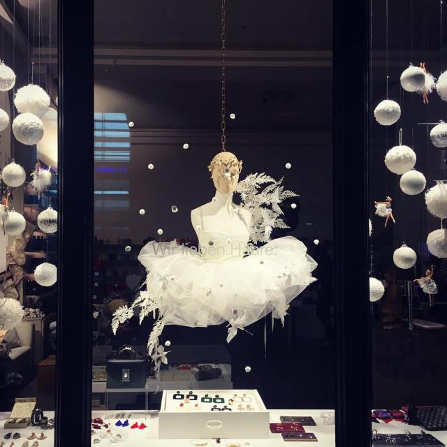 Swanlake! christmaswindowballarinatutudresschristmas2017christmasdecorationallwhitesnowflakesdancingballarinastutuwhitechristmasdylusfrankfurtwindow069ffmwhite mehr zu lesen rarr
