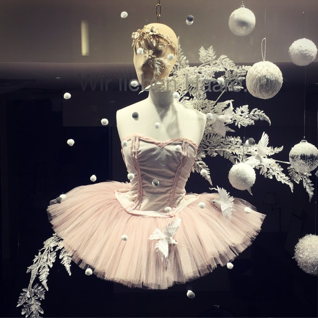 Swanlake! christmaswindowballarinatutudresschristmas2017christmasdecorationallwhitesnowflakesdancingballarinastutuwhitechristmasdylusfrankfurtwindow069ffmwhitechristmasdecoration mehr zu lesen rarr