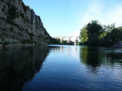 ARDECHE - Plan de gestion physique : vue sur la rivière et un ancien pont romain