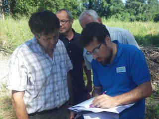 Lancement : à l'aide d'un plan, Baadïs explique les détails du projet aux élus.