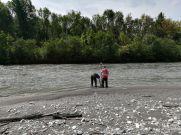 Loïc et Simon réalisent le carroyage topographique du banc de l'Isère avec le GPS Trimble Geo7x centimétrique
