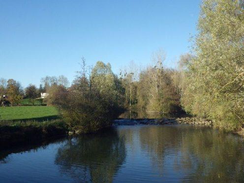 Vue sur le seuil de la rivière Reyssouze au droit du moulin de Corcelles