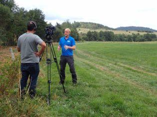 Charles MONNERET répond à un interview pour la réalisation d'un documentaire sur le projet de reméandrage de la Veyre
