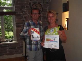 Véronique Bancel reçoit le chèque de Francis Thiebaut