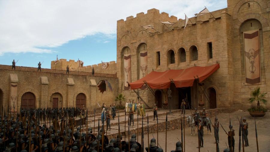 """zamek CLA Studios jako Astapor – kadr z filmu """"Gra o Tron"""""""
