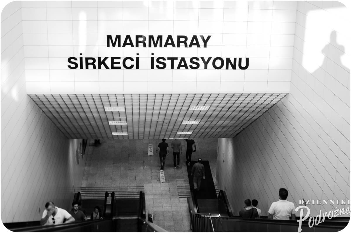 Marmaray - wejście do kolei podziemnej