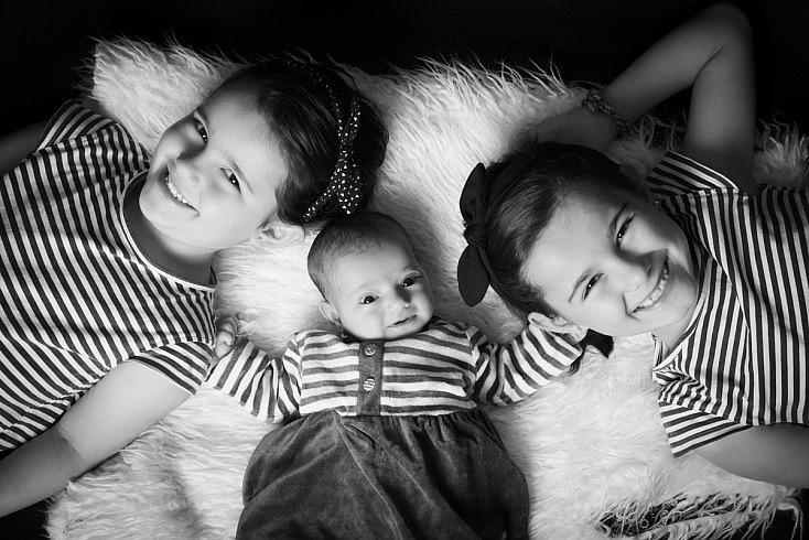 Recién nacida y hermanas