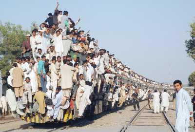 Trem lotado no Paquistão! (foto: MOHAMMAD MALIK/AFP/Getty Images)