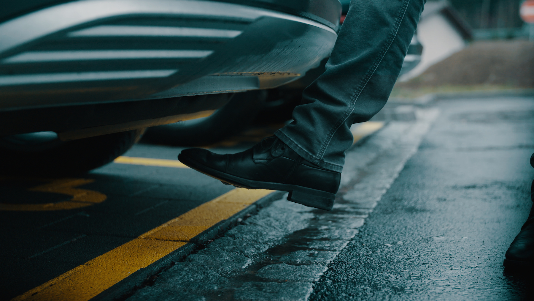 Le hayon de l'Audi e-tron s'ouvre avec le pied grâce à une pédale virtuelle matérialisée par un capteur.
