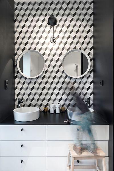 carreau de ciment dans la salle de bain