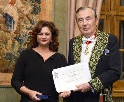 L'auteur, Soudabeh Marin recevant le prix Bordin (Académie des Sciences morales et politiques) de l'académicien Bertrand Collomb