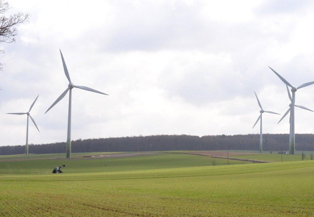 Noch drehen sich bei Neuhof fünf rund 110 Meter hohe Windräder. Wird die Änderung des Flächennutzungsplanes genehmigt und NWind realisiert sein Vorhaben, könnten dort vier Anlagen stehen, die mehr als doppelt so hoch sind, wie die jetzigen. Und unweit – auf Bockenemer Gemeindegebiet – soll der Windpark Klein Ilde ebenfalls um einen solchen Riesen erweitert werden. Auch dort läuft das Verfahren bereits. Wie auch für den möglichen neuen Standort Königsturm. Foto: Michael Vollmer HAZ-Grafik: Anja Brinkmann