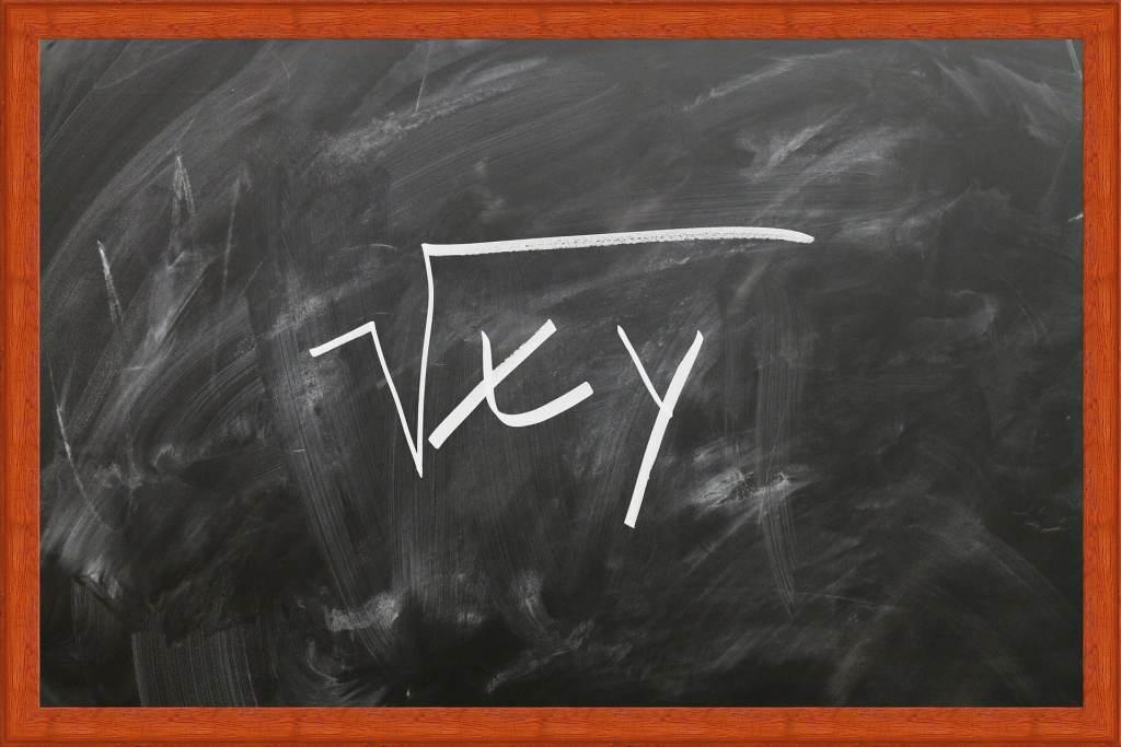 Tableau d'école avec une équation dessus et des traces de craie