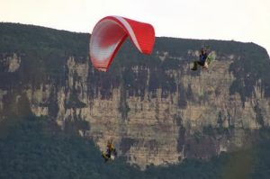 Беър Грилс: с моторен парапланер около водопада Анхел