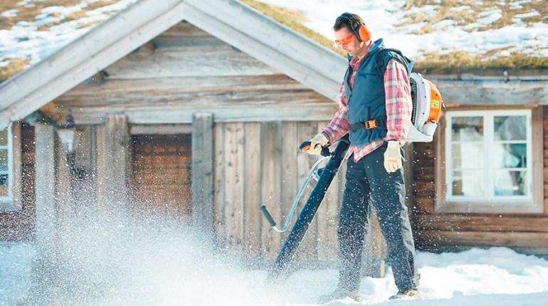 Почистване на сняг с духалка