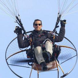 Беър Грилс: с моторен парапланер над Хималаите