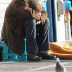 Άστεγος Έλληνας νεκρός στην μέση του δρόμου: Ενώ «φιλοξενούμε» 100.000 από όλο τον κόσμο,σε «δομές» που έχουν τα πάντα!