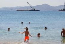 Η Cosco ρυπαίνει τη θάλασσα του Πειραιά μπροστά σε μικρά παιδιά που κάνουν μπάνιο!