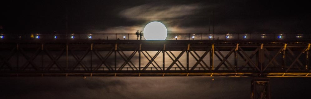 Supermoon of Porto - lighting up the path on Luís I Bridge