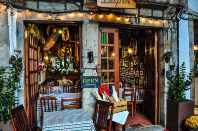 The are some cozy restaurants at the Ribeira, like Chez Lapin