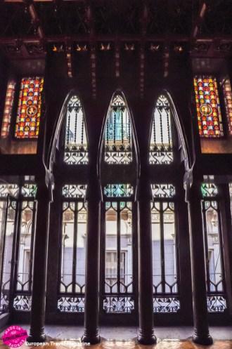Parabolic arches, a Gaudí signature style