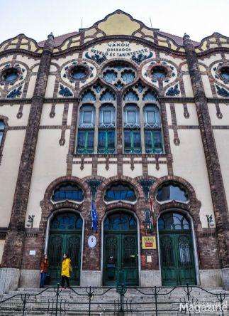 It was designed by Sándor Baumgarten and Zsigmond Herczegh in 1899