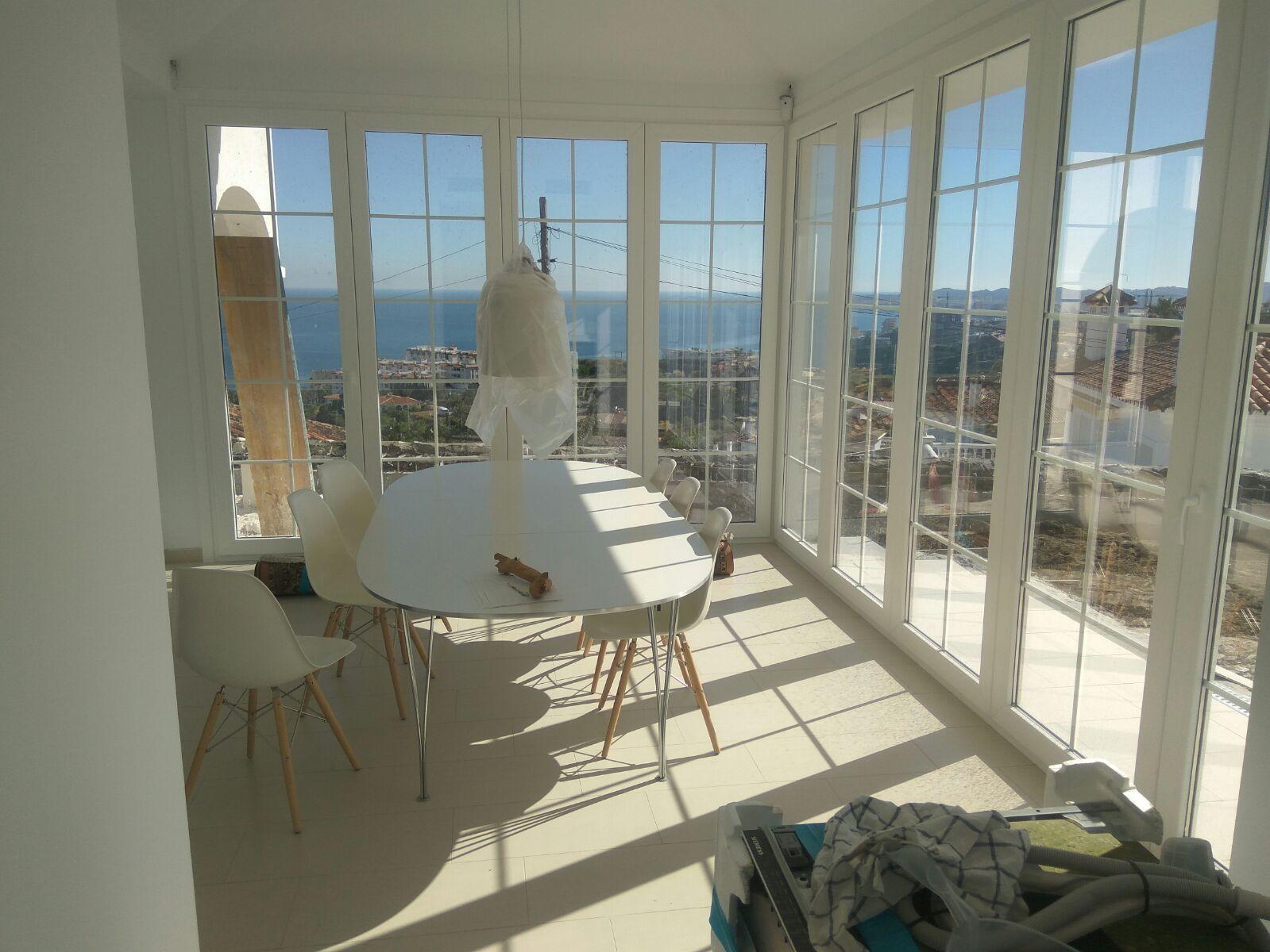 Instalación de cierre de porche con ventanas de PVC