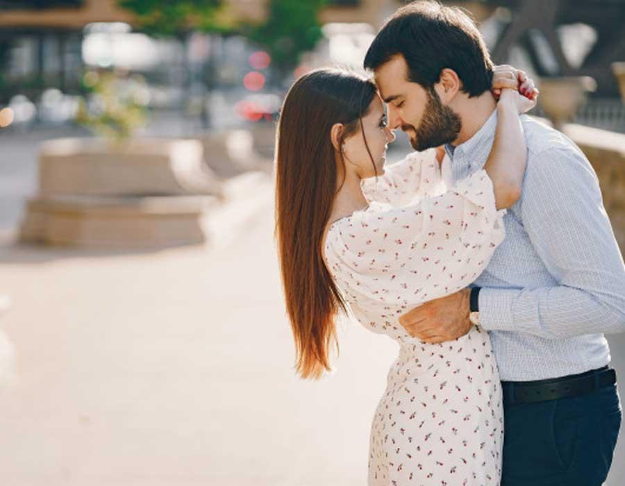 10 علامات تدل على وقوع رجل برج السرطان في الحب احكي