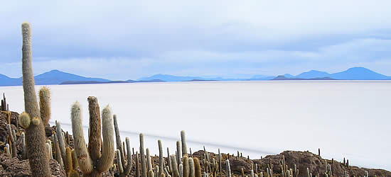 El Salar de Uyuni la mayor planicie de sal de la tierra