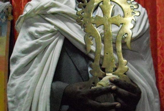 Sacerdote-Chiese-nella-roccia-Lalibela-etiopia