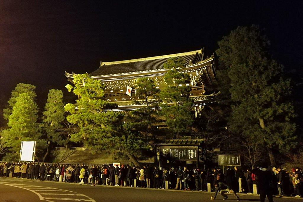 Il Chion-in di Kyoto con la lunghisshima fila per la celebrazione dei 108 rintocchi di capodanno