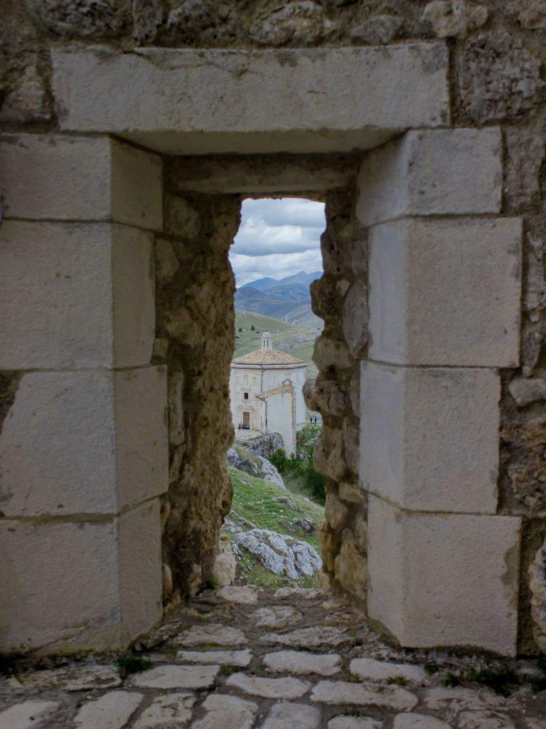 chiesa rocca calascio-rocca calascio-abruzzo