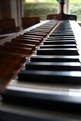 side view of piano keyboard